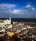 vue étroite du secteur de l'alfama, Lisbonne, Portugal images stock