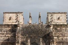 Vue étroite et supérieure du temple maya de guerriers dans Chichen Itza, Mexique Photo stock