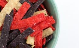 Vue étroite supérieure des bandes colorées de tortilla dans une cuvette Image stock