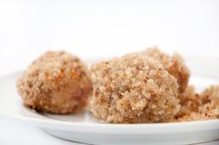 Vue étroite sur des boulettes avec des miettes de pain d'un plat blanc Photographie stock