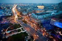Vue aérienne à Bucarest - par nuit image libre de droits