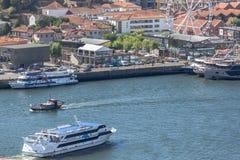 Vue aérienne à la rivière de Douro, avec des croiseurs et des bateaux récreatifs, des bâtiments de Gaïa et la roue de ferris du c photographie stock