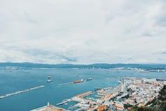 Vue aérienne à un port, à une eau vive bleue et à un bâti de lac d'océan de mer photos libres de droits