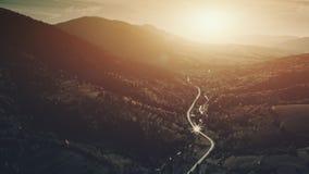 Vue aérienne épique de village de montagne de paysage de colline banque de vidéos