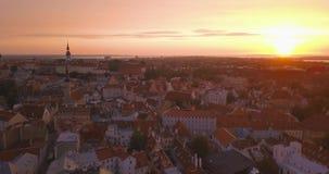 Vue aérienne étonnante de Tallinn au-dessus de la vieille ville près de la place principale clips vidéos