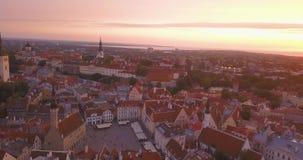 Vue aérienne étonnante de Tallinn au-dessus de la vieille ville près de la place principale banque de vidéos