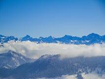 Vue aérienne étonnante des alpes et des nuages suisses brumeux au-dessus du MOU Image stock