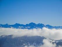 Vue aérienne étonnante des alpes et des nuages suisses brumeux au-dessus du MOU Photographie stock libre de droits