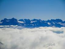 Vue aérienne étonnante des alpes et des nuages suisses brumeux au-dessus du MOU Photographie stock