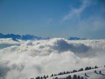 Vue aérienne étonnante des alpes et des nuages suisses brumeux au-dessus du MOU Photo libre de droits