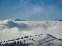 Vue aérienne étonnante des alpes et des nuages suisses brumeux au-dessus du MOU Images libres de droits