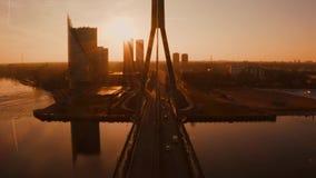 Vue aérienne étonnante du coucher du soleil au-dessus de la vieille ville de Riga, Vecriga en Lettonie Dvina occidentale de riviè banque de vidéos