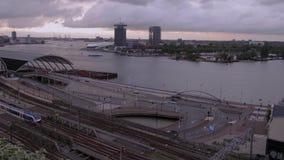Vue aérienne étonnante sur le centre de la ville d'Amsterdam - AMSTERDAM - LES PAYS-BAS - 19 juillet 2017 banque de vidéos