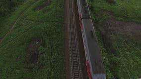Vue aérienne aérienne de deux différents trains ferroviaires de direction et de déplacement, Russie clips vidéos