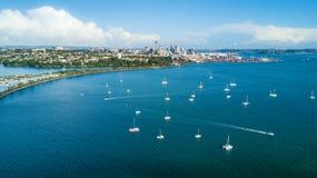 Vue aérienne au centre de la ville d'Auckland au-dessus du port de Waitemata Quelque part en Nouvelle Zélande Photos libres de droits