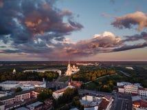 Vue aérienne au centre de la ville de Vladimir et de la cathédrale d'hypothèse sur le coucher du soleil vladimir Russie Photo libre de droits