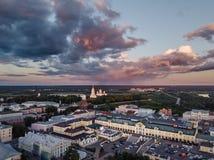 Vue aérienne au centre de la ville de Vladimir et de la cathédrale d'hypothèse sur le coucher du soleil vladimir Russie Photos stock