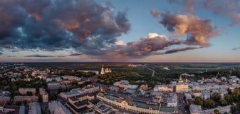Vue aérienne au centre de la ville de Vladimir et de la cathédrale d'hypothèse sur le coucher du soleil vladimir Russie Image stock