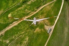 Vue aérienne au champ vert avec le générateur de vent image stock