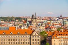 Vue aérienne au-dessus d'église de notre Madame avant Tyn à la vieille place à Prague, République Tchèque Photos libres de droits