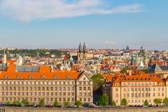 Vue aérienne au-dessus d'église de notre Madame avant Tyn à la vieille place à Prague, République Tchèque Image libre de droits