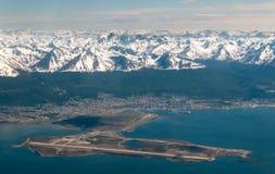 Vue aérienne au-dessus d'aéroport et de ville d'Ushuaia, Argentine image libre de droits