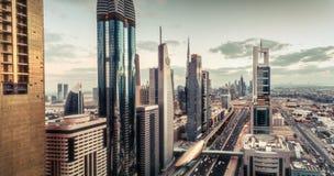 Vue aérienne au-dessus d'architecture célèbre du ` s de Dubaï avec la route et les gratte-ciel photographie stock libre de droits