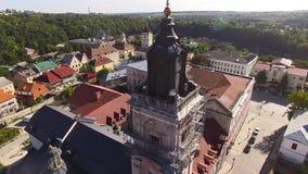 Vue aérienne au-dessus de cathédrale sur la campagne en montagnes au coucher du soleil banque de vidéos