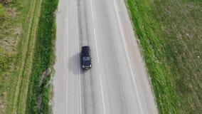 Vue a?rienne au-dessus de l'entra?nement de voitures le long de la route vide de campagne un jour ensoleill? clips vidéos