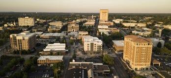 Vue aérienne au-dessus de l'horizon de ville et des bâtiments du centre de Spartanburg images libres de droits