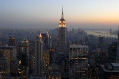 Vue aérienne au-dessus de Manhattan au crépuscule Photos stock