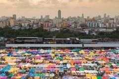 Vue aérienne au-dessus de marché aux puces du centre de ville de Bangkok, photographie stock libre de droits