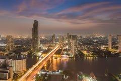 Vue aérienne au-dessus de ville de Bangkok avec le pont traversant la rivière Photo stock