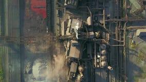 Vue aérienne au-dessus de ville industrialisée avec la pollution de l'atmosphère d'air et d'eau de rivière de l'usine métallurgiq banque de vidéos