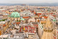 Vue aérienne au-dessus des dessus de toit de Vienne de la cathédrale de St Stephen, Autriche images stock