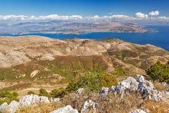 Vue aérienne au-dessus des montagnes à la route rurale photos libres de droits