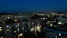 Vue aérienne au-dessus du bâtiment à plusiers étages avec l'éclairage changeant de fenêtre la nuit Laps de temps banque de vidéos
