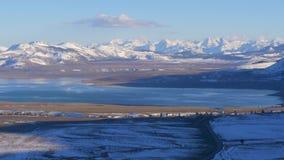 Vue aérienne au-dessus du lac mono - un lac salin de soude dans le comté de Mono clips vidéos