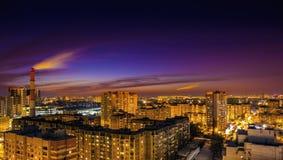 Vue aérienne au paysage urbain de soirée, panorama du centre de ville de Voronezh, gratte-ciel, urbains après aube Photographie stock libre de droits