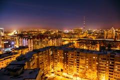 Vue aérienne au paysage urbain de soirée, panorama du centre de ville de Voronezh, maisons résidentielles ayant beaucoup d'étages Photo libre de droits