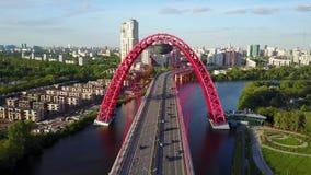 Vue aérienne au pont rouge de Zhivopisny dans la ville de Moscou banque de vidéos