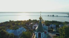 Vue aérienne autour d'église en petite ville banque de vidéos