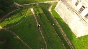 Vue aérienne : beaux couples de mariage sur le fond du château 4K clips vidéos