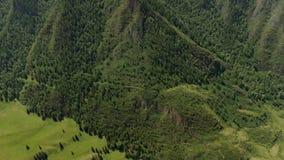 Vue aérienne, belle vue sur la montagne en journée solaire dans les montagnes de l'Altaï, Russie clips vidéos