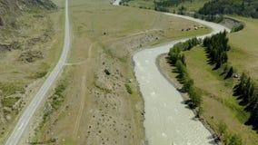 Vue aérienne, belle vue sur la montagne en journée solaire dans les montagnes de l'Altaï, Russie banque de vidéos