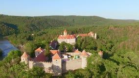 Vue aérienne château royal Veveri de beau, de Moravian ou de Burg Eichhorn, se tenant sur un barrage en surface de roche sur la r banque de vidéos