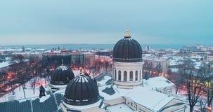 Vue aérienne cinématographique de dôme et de croix orthodoxe sur la flèche de la cathédrale de transfiguration à Odessa la soirée banque de vidéos