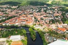 Vue aérienne colorée sur la ville médiévale Pisek au-dessus de la rivière Otava, République Tchèque Image stock