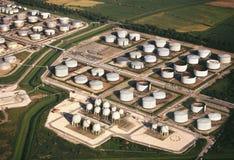 Vue aérienne - cuves de stockage de raffinerie de pétrole Images stock