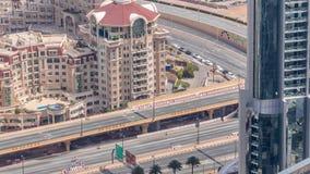 Vue aérienne d'échange de route dans le timelapse égalisant du centre de Dubaï clips vidéos
